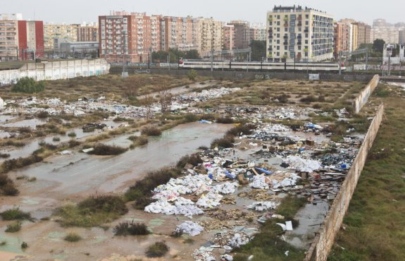 Vista general de la cantidad de basura acumulada en la zona. :: damián torres