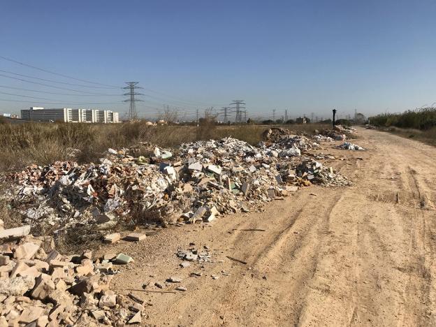 Acumulación escombros barrio de Malilla